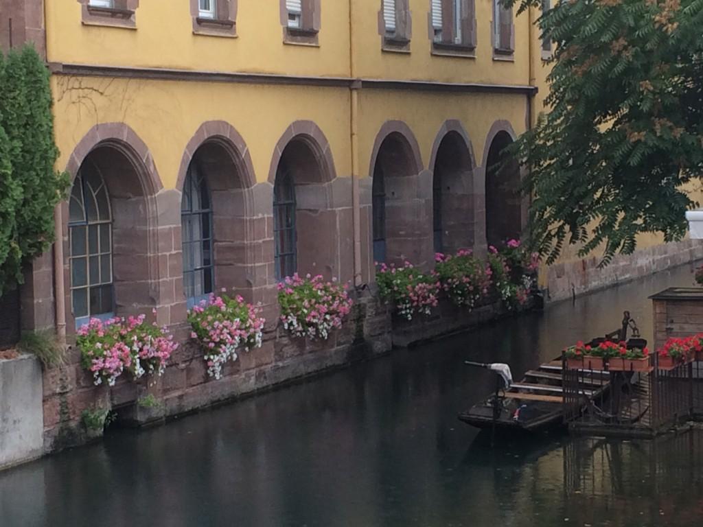 Flânerie dans la Petite Venise de Colmar en barques sur la rivière Lauch