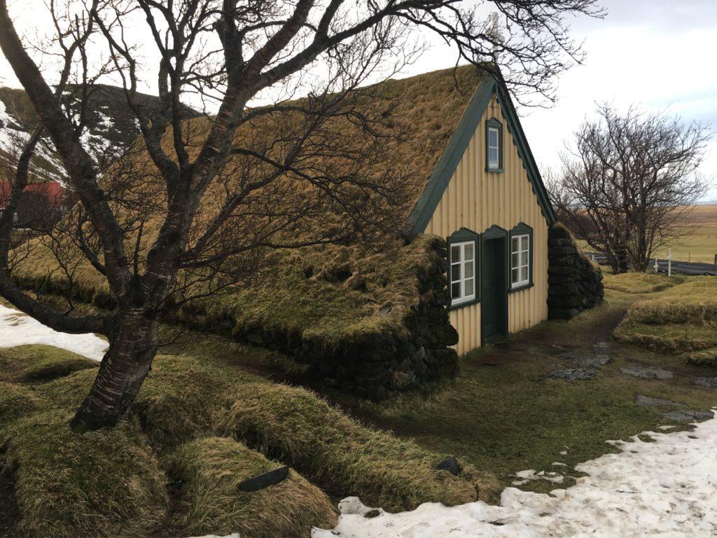 Eglise au toit en tourbe Hofn Islande